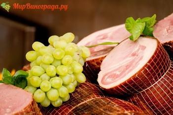 Салат с виноградом и ветчиной