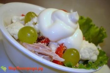Салат из цветной капусты с виноградом и курицей