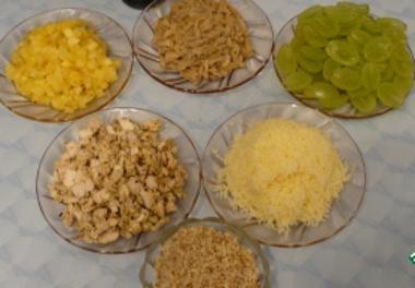 Продукты для слоеного салата из курицы с виноградом