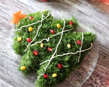 салат елочки на тарелке
