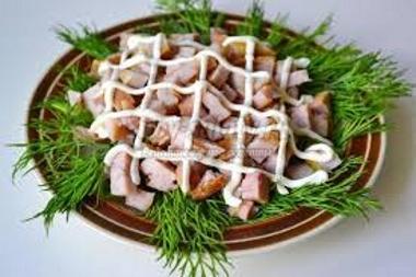 Майонезом рисуем сетку по салату