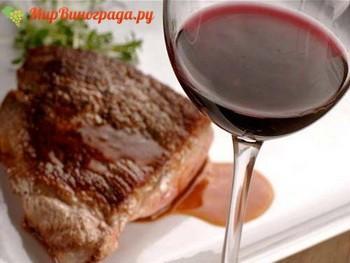 Свинина, приготовленная с использованием вина, как правило, получается очень вкусной, мягкой и ароматной. Попробовав такое восхитительное мясо, можно возвращаться к этому рецепту еще и еще раз. Тем более, процесс приготовления обычно не занимает много времени и довольно прост, что очень важно для людей, не особенно искушенных в кулинарии. Без особых усилий можно приготовить замечательное блюдо, с легкостью удивив как своих домочадцев, так и хорошую компанию пришедших гостей. Готовая свинина в красном вине отлично сочетается практически с любым гарниром.  Ингредиенты  700-1000 грамм свинины (желательно пожирнее); 1-2 стакана красного вина (лучше взять сухое); несколько столовых ложек оливкового масла, чтобы хватило для обжаривания; лук репчатый (1-2 шт); чеснок (примерно 2-3 зубчика); соль и пряности по вкусу. Приготовление  Тщательно промыть мясо под проточной водой, убрать лишнюю влагу с помощью бумажного полотенца. Нарезать мясо на довольно крупные части, отбить с обеих сторон кухонным молоточком, чтобы толщина порций не превышала 2 см. Поместить мясо в сотейник или в сковороду с предварительно разогретым оливковым маслом и хорошо обжарить до появления золотистой корочки. Лук нарезать небольшими кубиками или соломкой, соединить с мясом и обжарить в течение нескольких минут на медленном огне. Добавить приправы, периодически помешивать и следить, чтобы мясо не подсыхало. Крышку закрывать или открывать по необходимости. Добавить мелко нарезанный чеснок, смешать с подрумянившимся мясом и луком и подержать еще пару минут. Влить красное вино и тушить несколько минут до уменьшения объема жидкости примерно наполовину. Для обеспечения выхода пара можно использовать, к примеру, крышку с отверстием. Добавить соль по вкусу. Снять с плиты и дать блюду постоять с хорошо закрытой крышкой несколько минут, чтобы мясо напиталось пряным, ароматным луково-винным соусом. Подавать блюдо следует в теплом или горячем виде с зеленью и любым гарниром.  Запеченная свинина  Еще один рецепт с