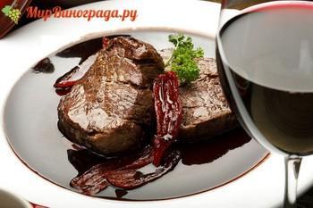 мясного блюда с красным вином