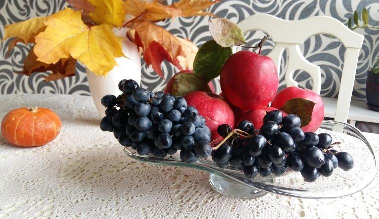 Виноград и яблоки для компота