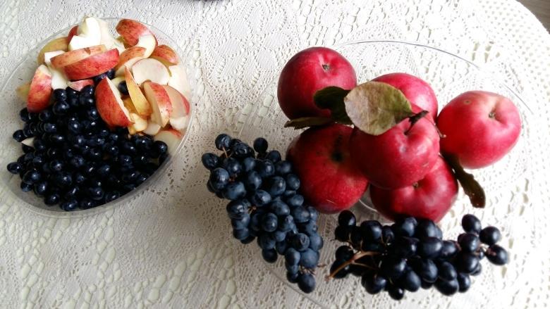 Нрезанные яблоки и подготовленный виноград для компота