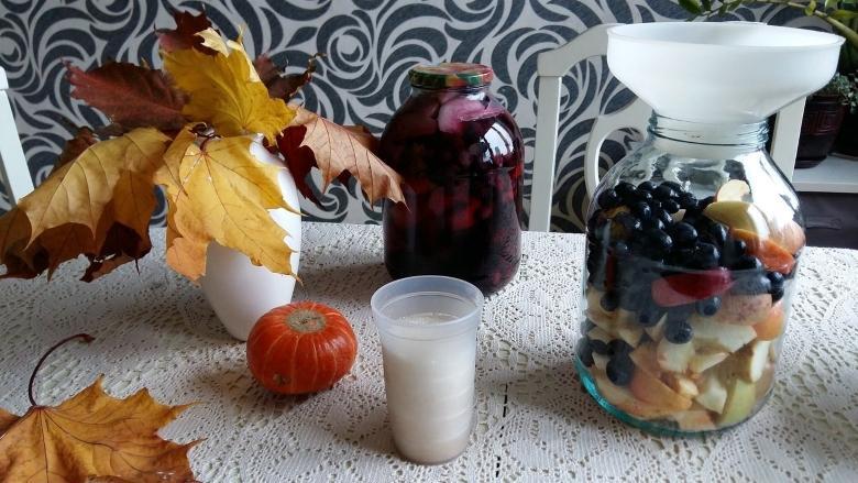 В банку с виноградом и яблоками заливаем кипяток
