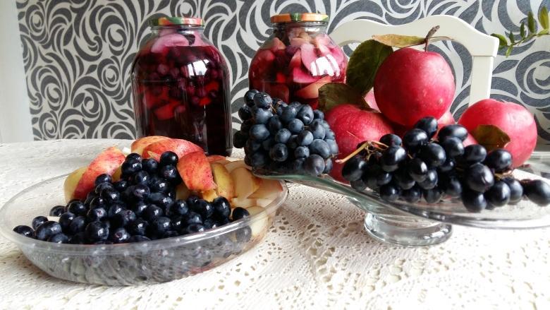 Компот виноградный с яблоками и фрукты