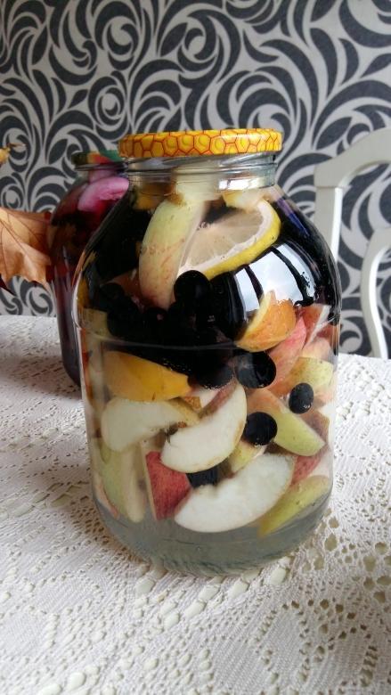 В банку с яблоками и виноградом заливаем кипяток