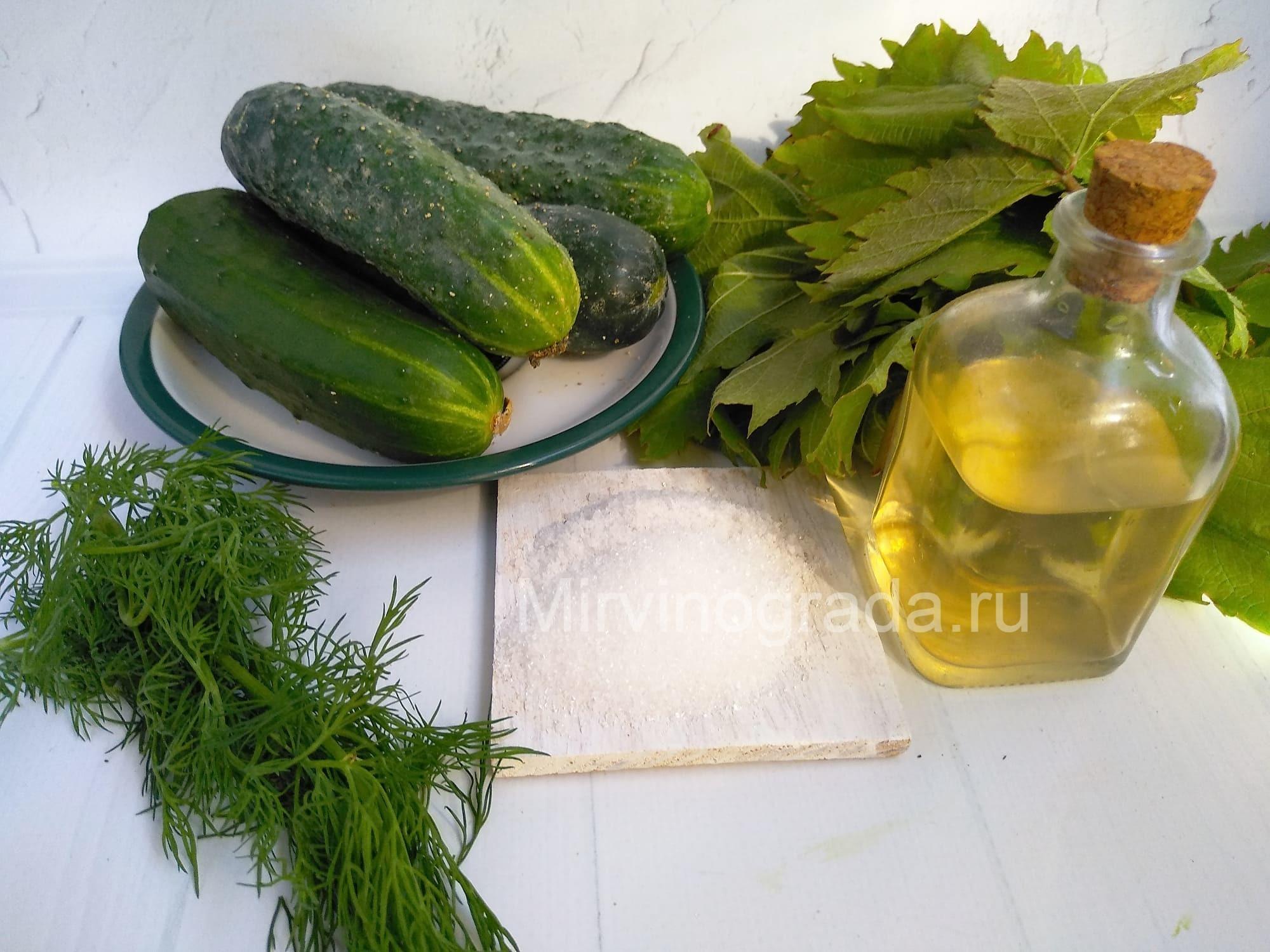 ингредиенты для маринованя огурцов в листьях винограда
