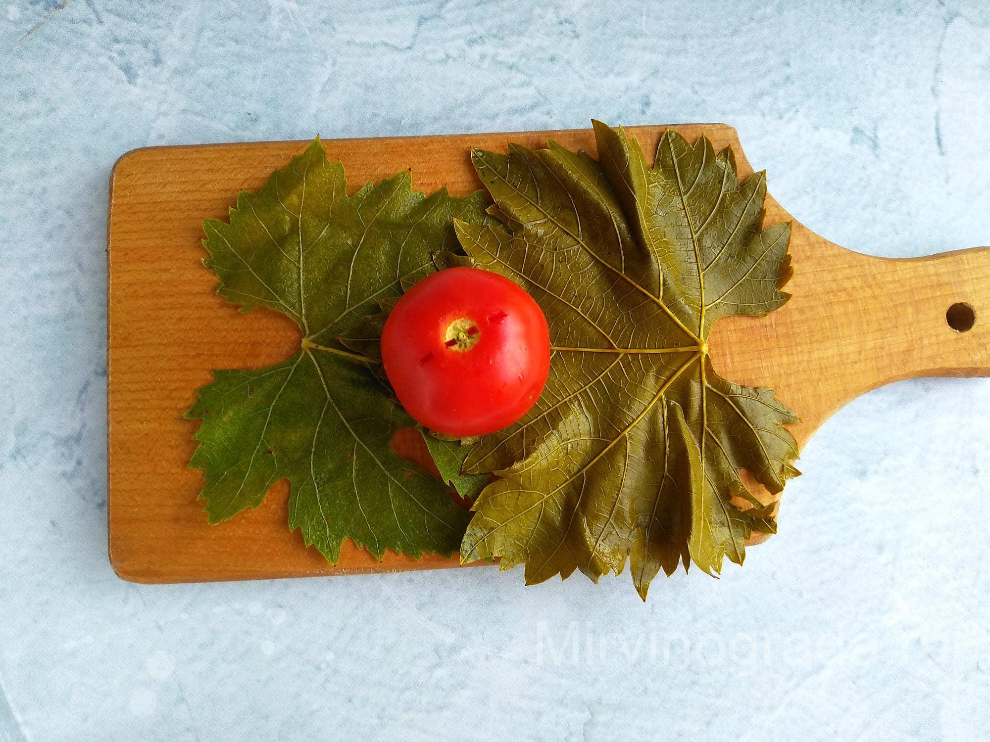 Заворачиваем помидор в листик винограда