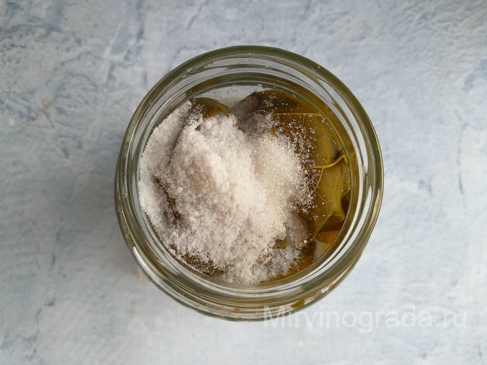 Добавляем в консервацию соль и сахар