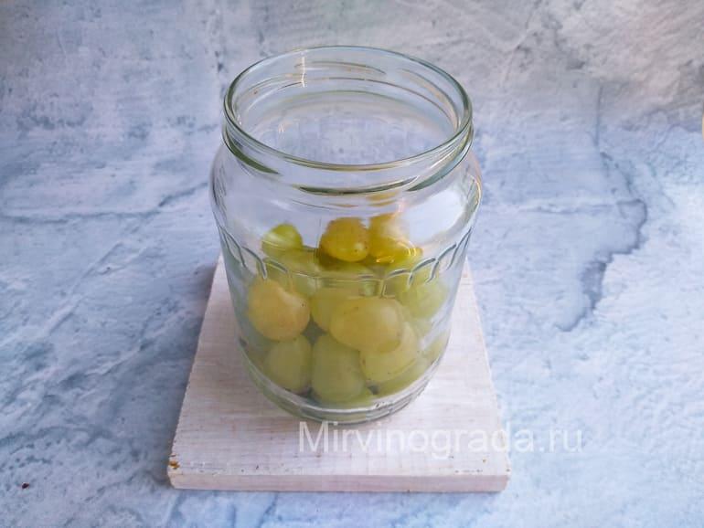 Ягоды винограда в банке 1 литровой