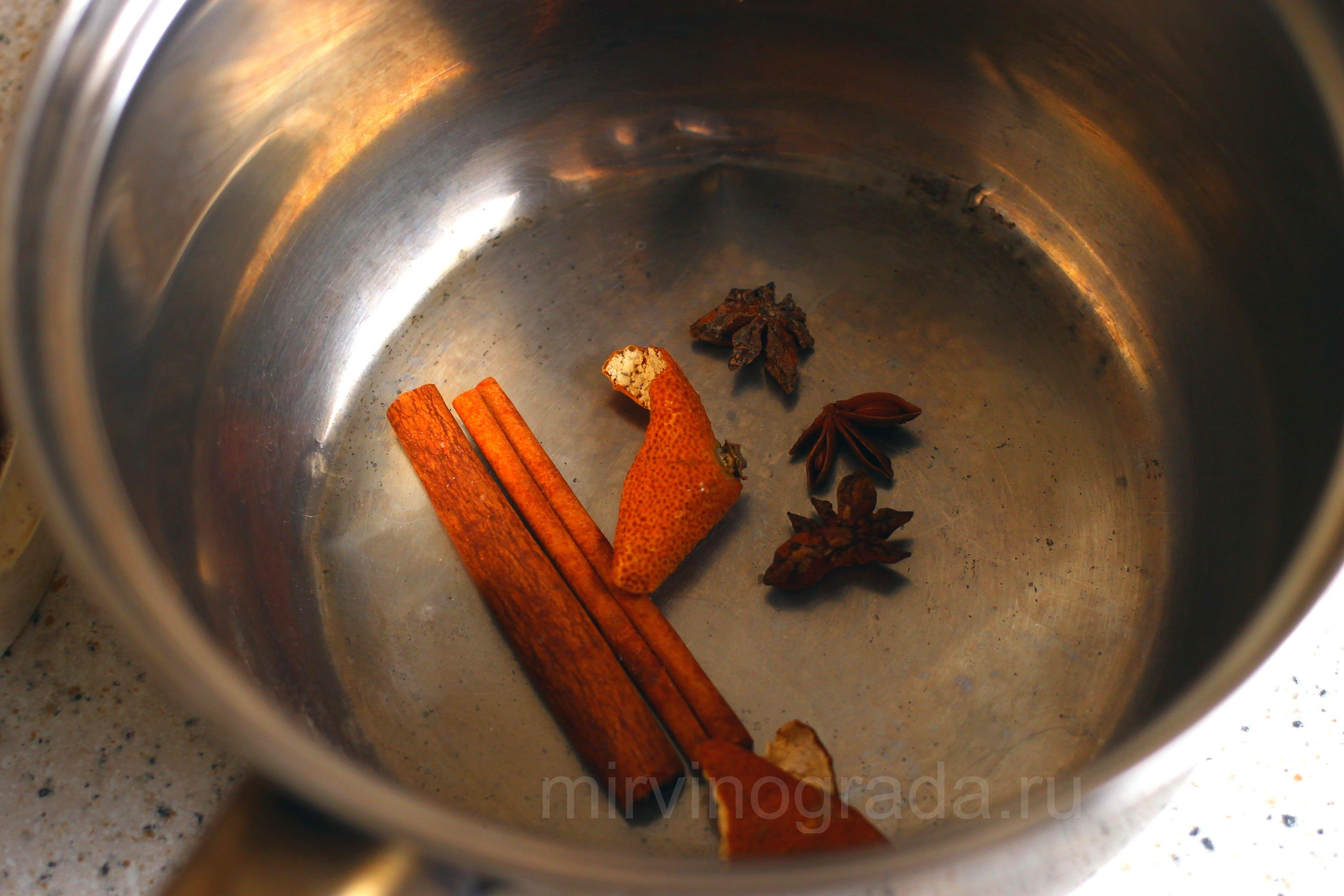 К специям для приготовления глинтвейна добавляем корочки мандарина