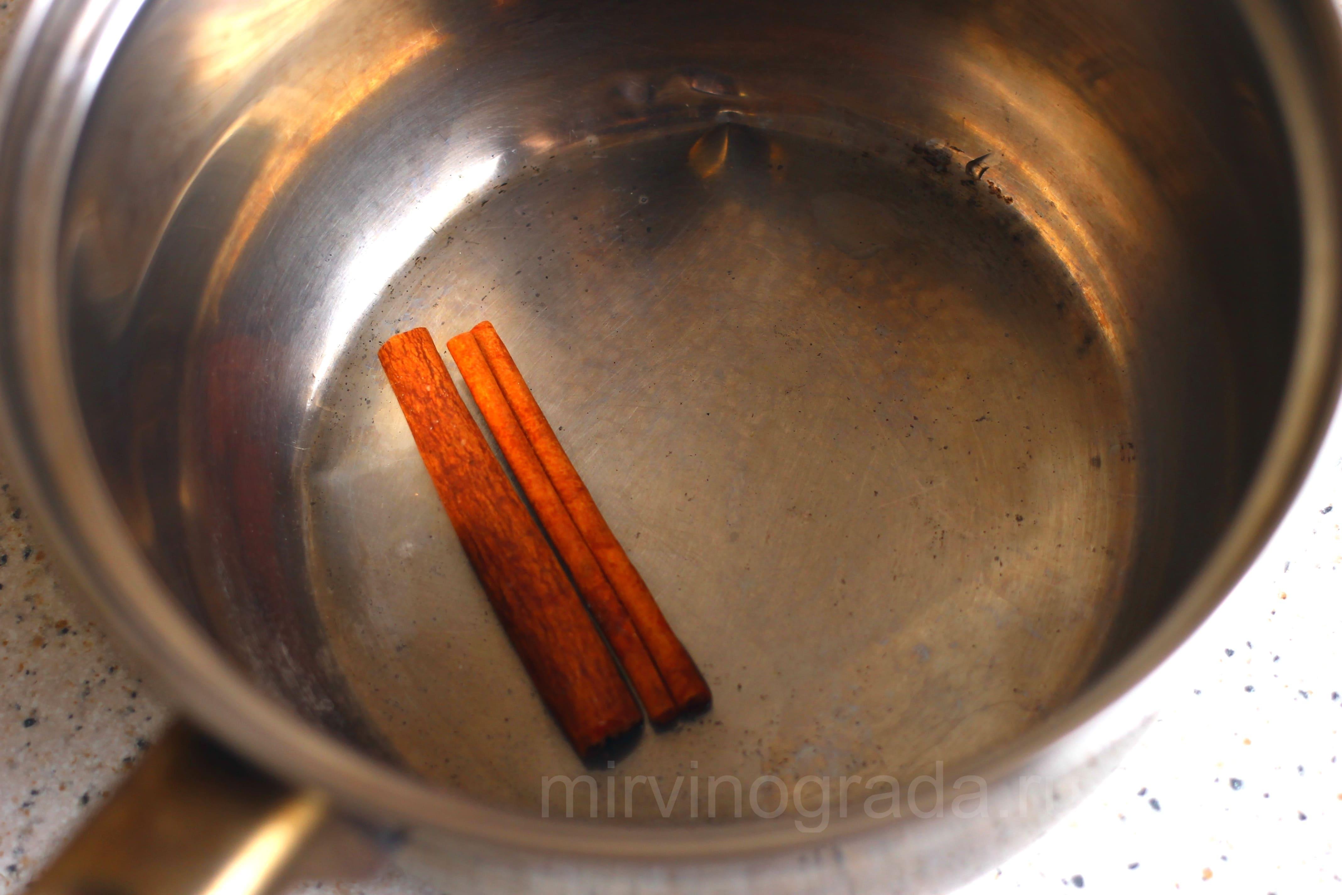 Палочка корицы в емкости для глинтвейна