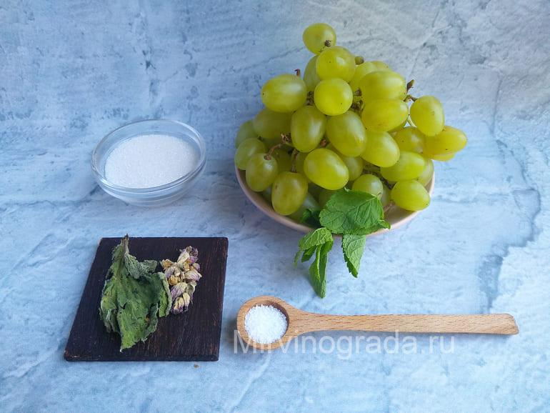 Гроздь винограда, сахар, мята и шалфей для виноградного компота